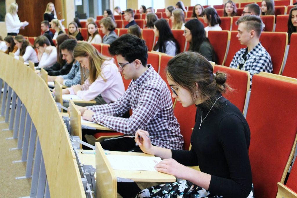 uczestnicy-tuż-przed-pisaniem-1-scaled-1-1024x683 II etap VI Olimpiady Wiedzy o Mediach