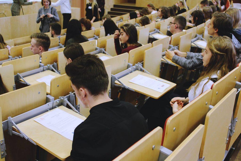 uczestnicy-tuż-przed-pisaniem-2-scaled-1-1024x683 II etap VI Olimpiady Wiedzy o Mediach