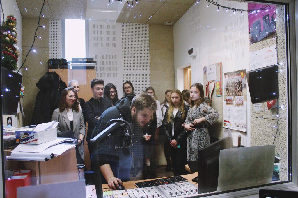 warsztaty-z-Patrykiem-Wójcikiem-Radio-Fraszka-2-scaled-1-1024x683 II etap VI Olimpiady Wiedzy o Mediach